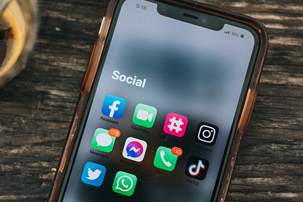 Social media apps on iPhone 12 connected to 5G